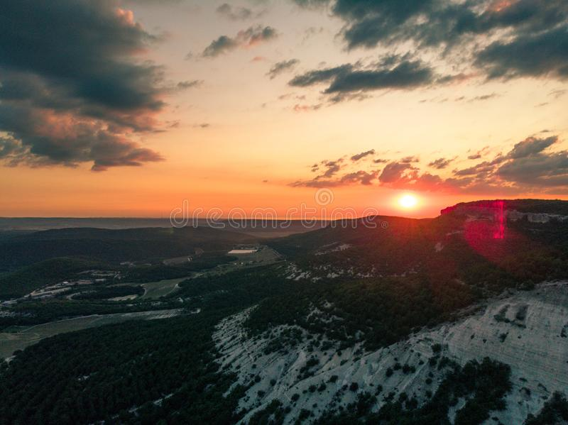 Inställningssol över bergen crimea arkivfoto