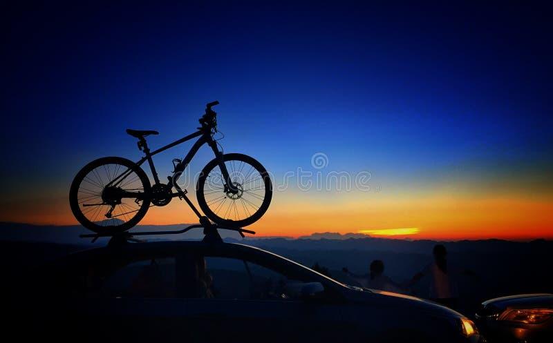 Inställningssolen - cyklar arkivbilder