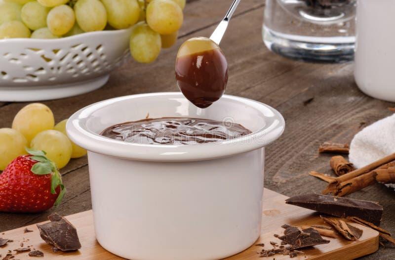 inställning för chokladfonduedruvor royaltyfri bild