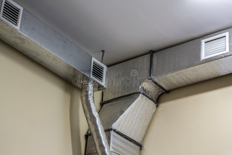 Insta industrial dos sistemas do equipamento e de tubulação da ventilação do canal de ar imagem de stock