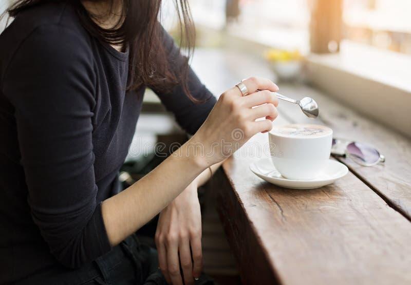 Instagram που φαίνεται εικόνα του καφέ κατανάλωσης κοριτσιών στοκ εικόνα με δικαίωμα ελεύθερης χρήσης