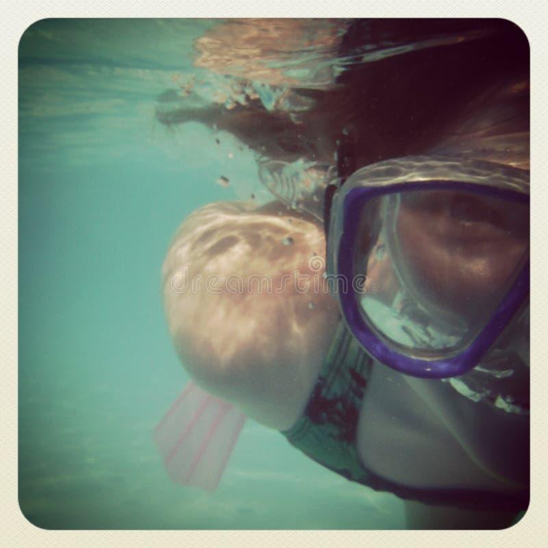 Instagram της κολύμβησης με αναπνευστήρα νέων κοριτσιών στοκ φωτογραφίες με δικαίωμα ελεύθερης χρήσης