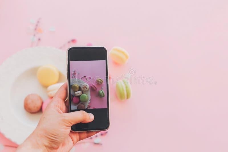 instagram blogging概念,平展位置 处理专业原始的调味汁软件的随附于的获取鸡烹调文件食物意大利摄影过帐 手hol 免版税库存照片