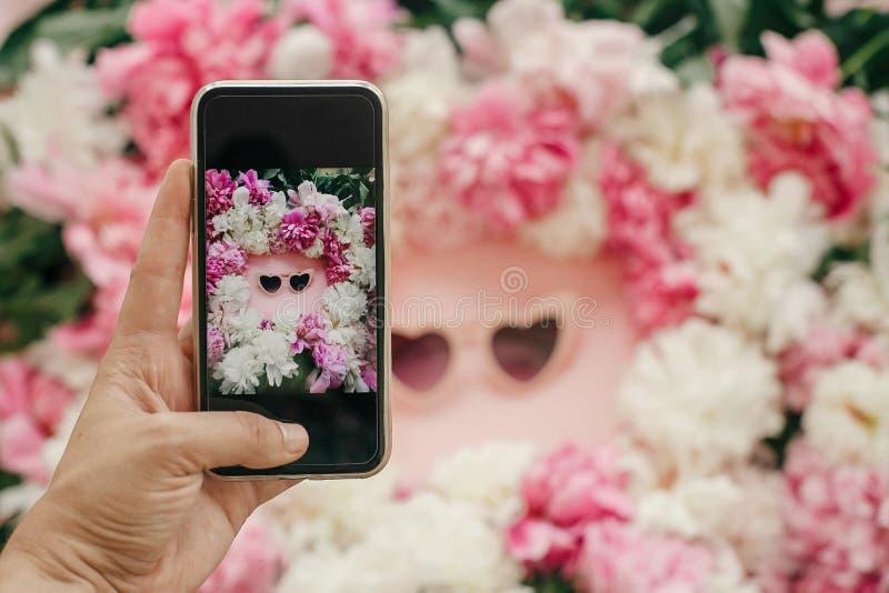 Instagram blogging pojęcie Ręki mienia telefon i brać fotografia elegancki girly mieszkanie nieatutowy kierowi kształt menchii ok fotografia royalty free