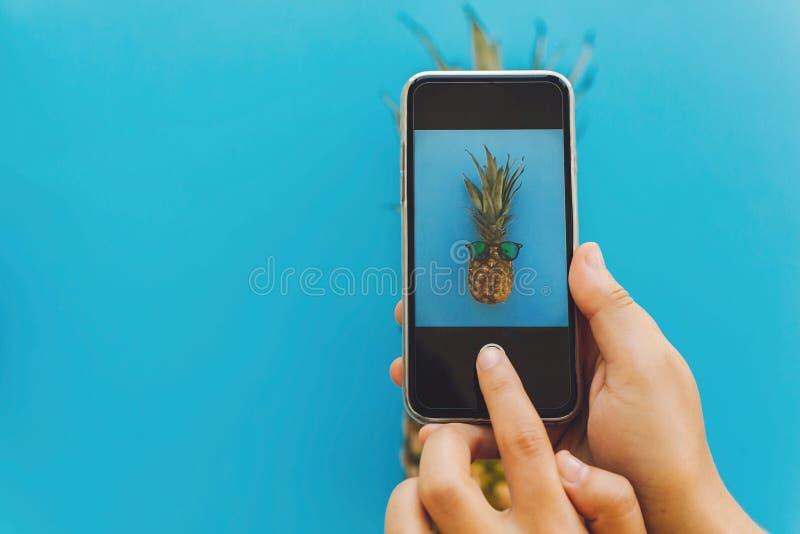 instagram blogging warsztatowy pojęcie ręki trzyma telefon i Tak obrazy royalty free