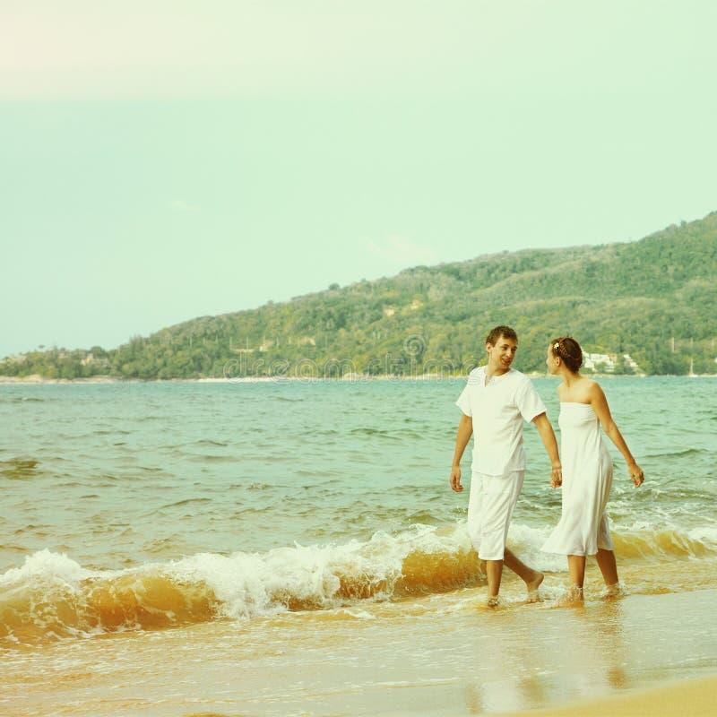 Instagram colorized pares do vintage no retrato da praia fotos de stock royalty free