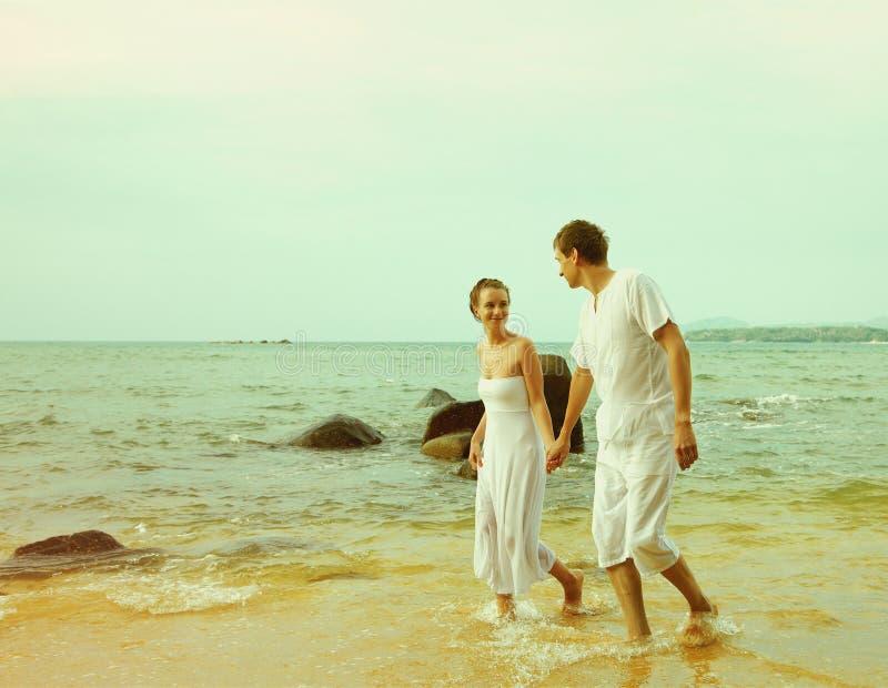 Instagram colorized rocznik pary na plażowym portrecie zdjęcia royalty free