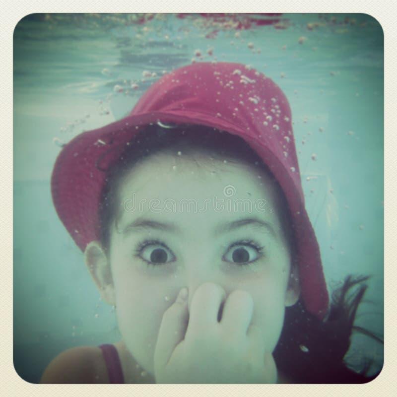 Instagram des jungen Mädchens, das Spaß unter Wasser hat stockfoto