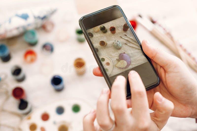 Instagram i blogging fotografii pojęcie Ręki trzyma telefon obraz stock