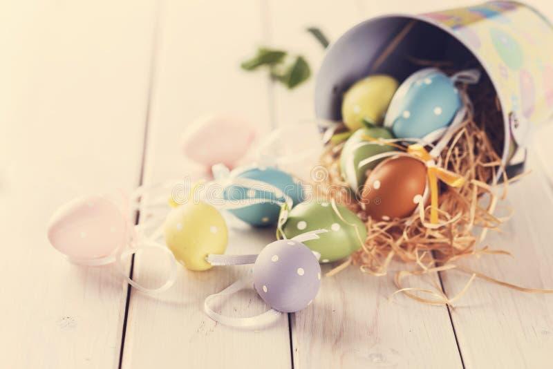 Instagram que olha a imagem da decoração do éster eggs sobre a tabela branca fotografia de stock