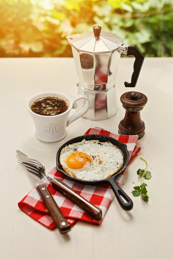 Instagram que olha a imagem do café da manhã com ovos fritos e café fotografia de stock