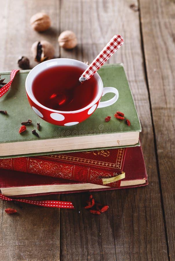 Instagram que olha a imagem do copo de livros do chá e do vintage fotografia de stock royalty free