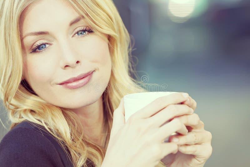 Instagram stilfoto av den blonda kvinnan som dricker kaffe fotografering för bildbyråer