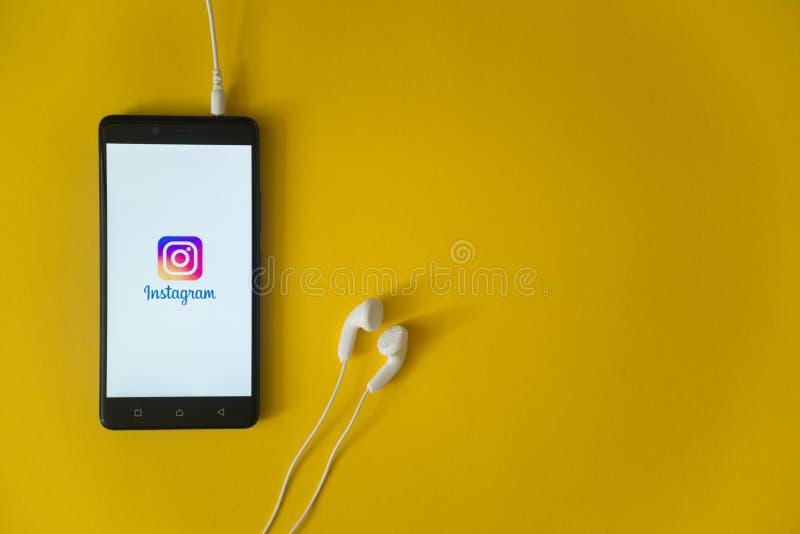 Instagramembleem op het smartphonescherm op gele achtergrond royalty-vrije stock foto's