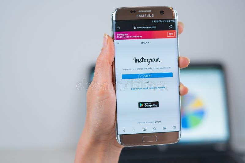 Instagramwebsite op mobiel wordt geopend die royalty-vrije stock afbeelding