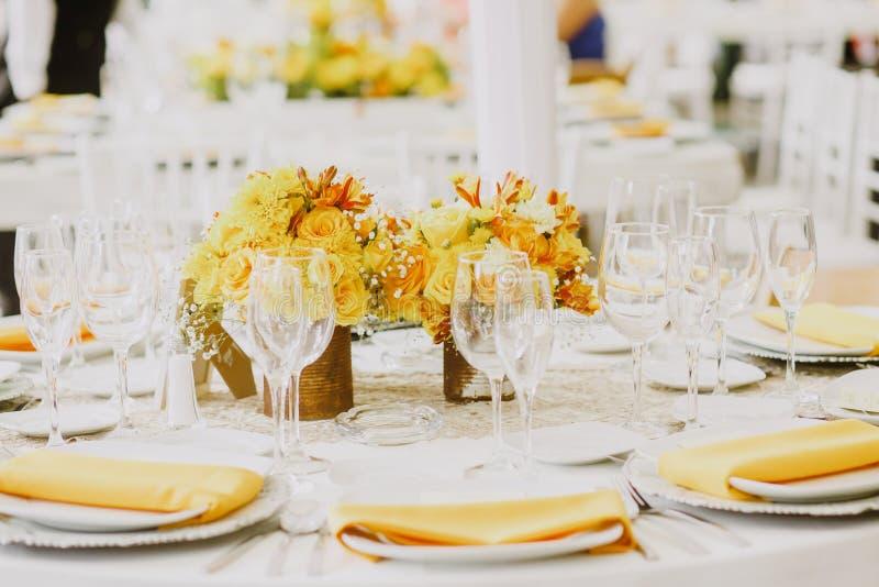 Instalação amarela da tabela, tabela do convidado do casamento, disposição da recepção rústica e fundo do vintage no amarelo da c imagem de stock royalty free
