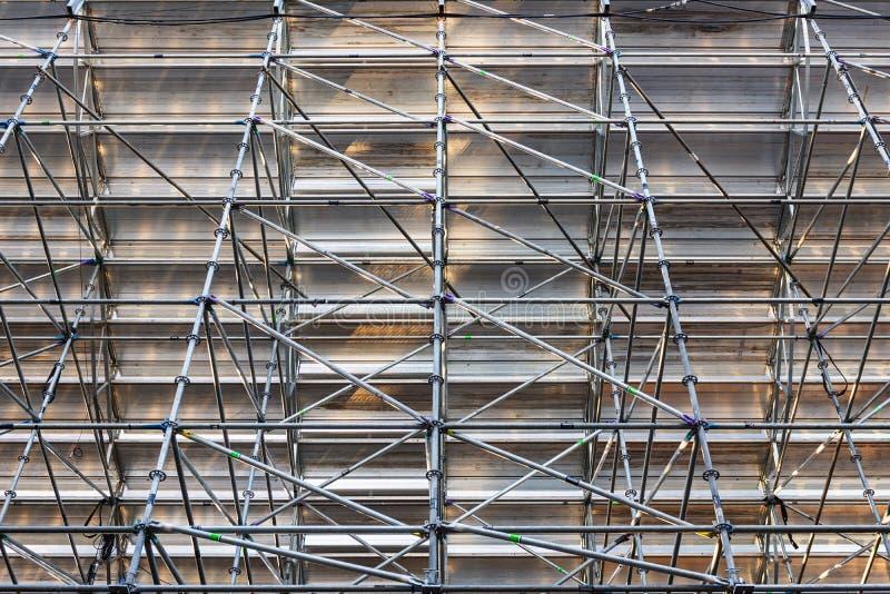 A instalação da armação de aço do andaime no canteiro de obras, elemento do andaime, ereção da estrutura imagens de stock