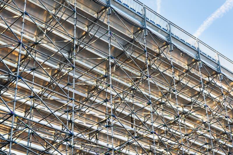 A instalação da armação de aço do andaime no canteiro de obras, elemento do andaime, ereção da estrutura , Sob construído e segur fotos de stock
