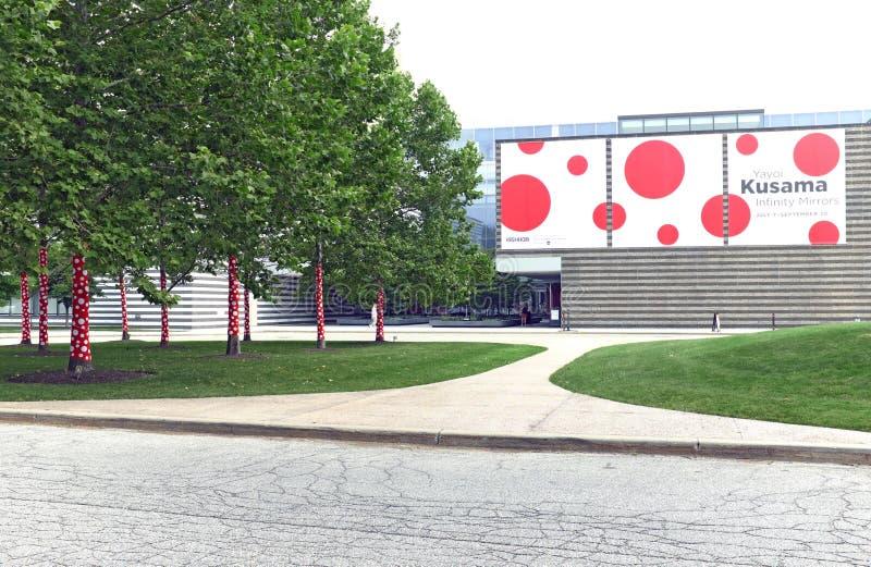 A instalação da arte de Yayoi Kusama Infinity Mirrors promovida no fora de Cleveland Museum da arte em Cleveland, Ohio, EUA fotografia de stock royalty free