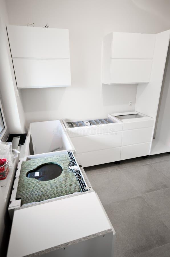 A instalação da cozinha branca nova imagens de stock
