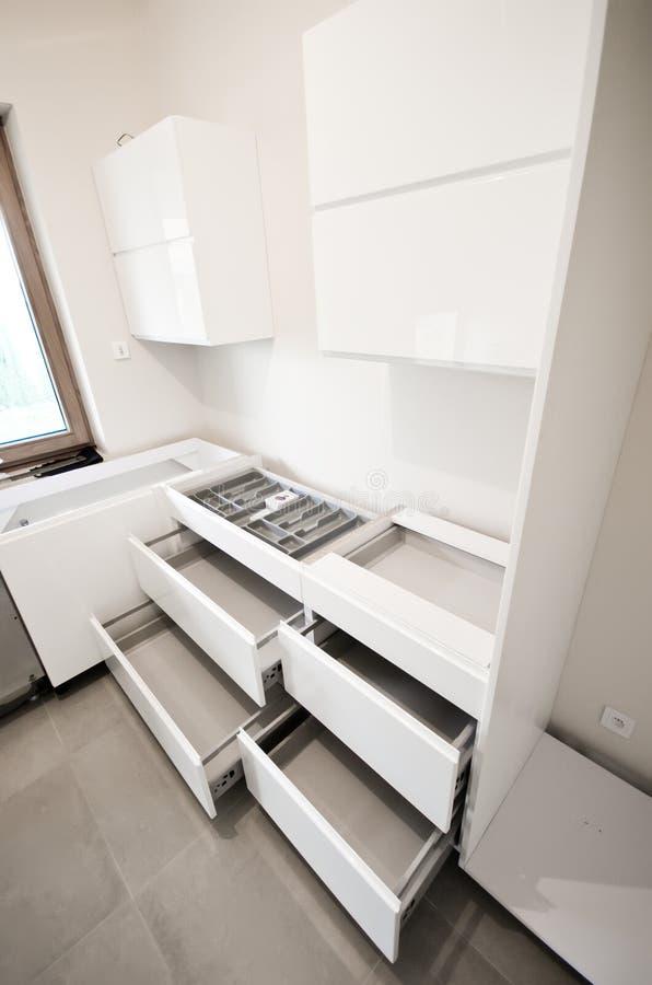 A instalação da cozinha branca nova fotos de stock