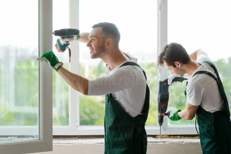 A instalação da janela na casa fotografia de stock royalty free