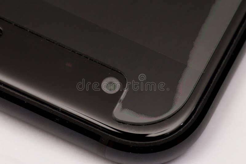 A instalação da proteção da tela no telefone celular fotografia de stock royalty free