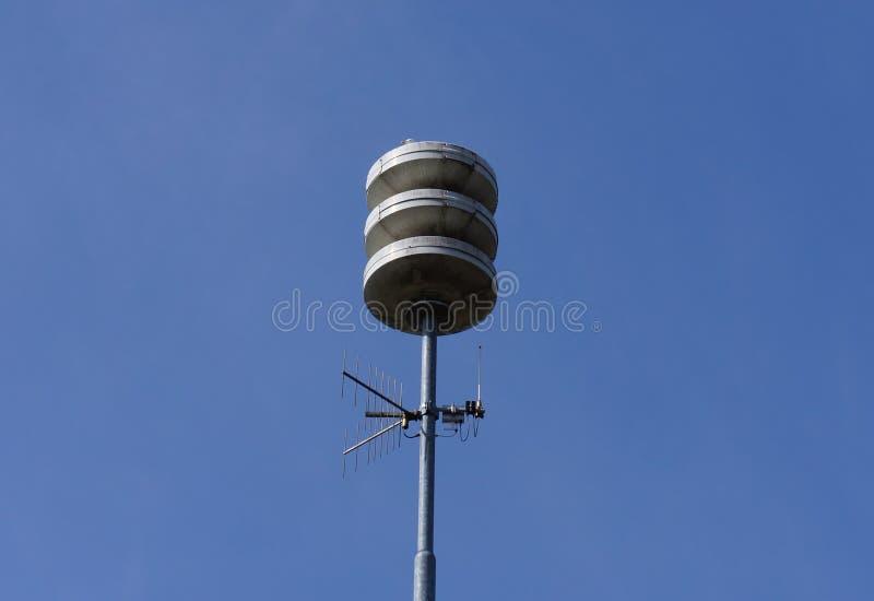 A instalação da sirene da defesa civil nos Países Baixos fotografia de stock