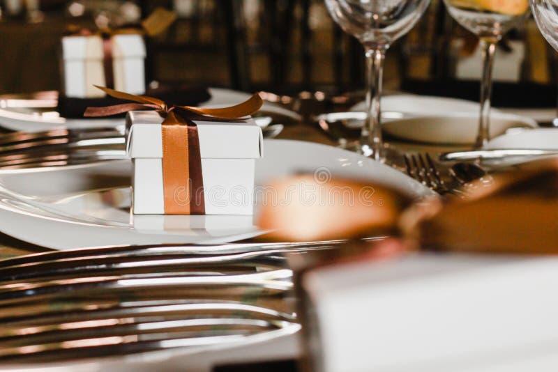 Instalação da tabela com caixa de presente, tabela do convidado do casamento, disposição da recepção imagens de stock