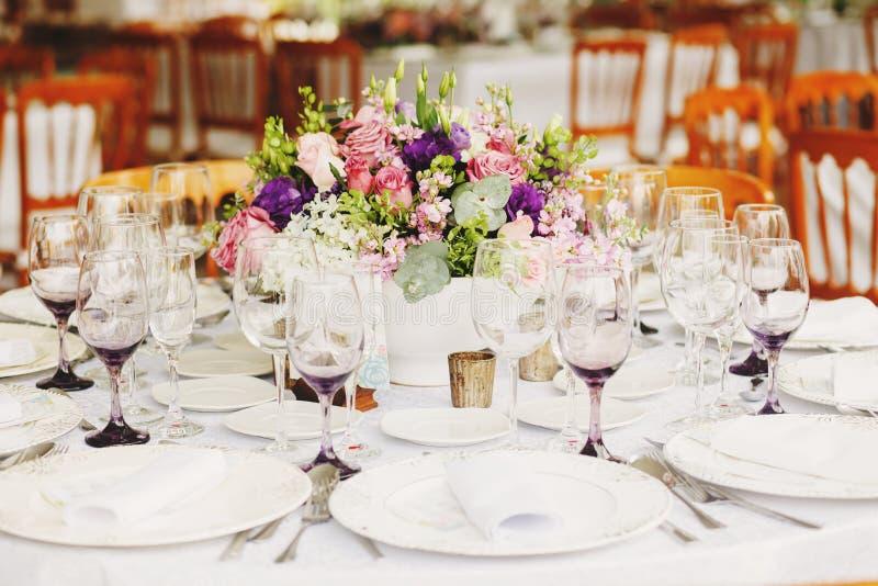 Instalação da tabela do amor, tabela do convidado do casamento, disposição da recepção rústica e fundo do vintage fotografia de stock