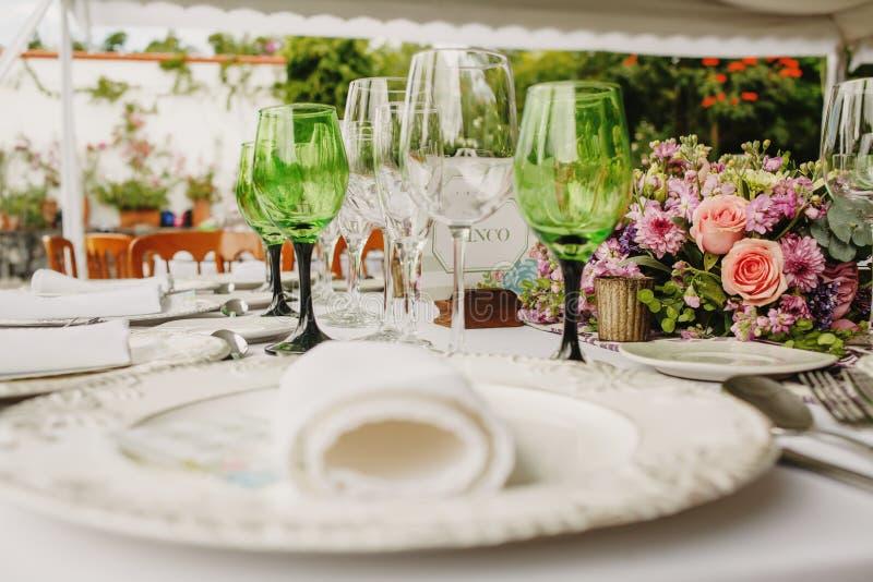 Instalação da tabela do amor, tabela do convidado do casamento, disposição da recepção rústica e fundo do vintage imagem de stock