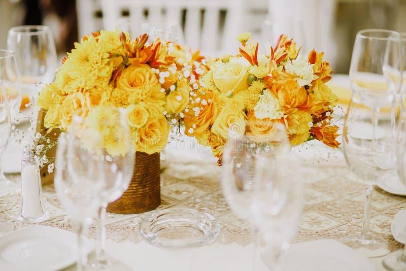 Instalação da tabela do amor, tabela do convidado do casamento, disposição da recepção rústica e fundo do vintage no amarelo da c fotos de stock