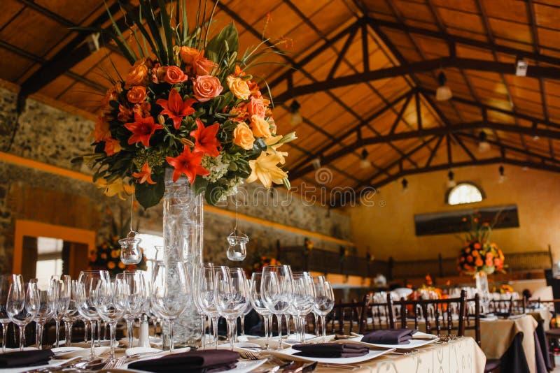 Instalação da tabela, tabela do convidado do casamento, disposição da recepção no coral de vida do pantone fotografia de stock royalty free