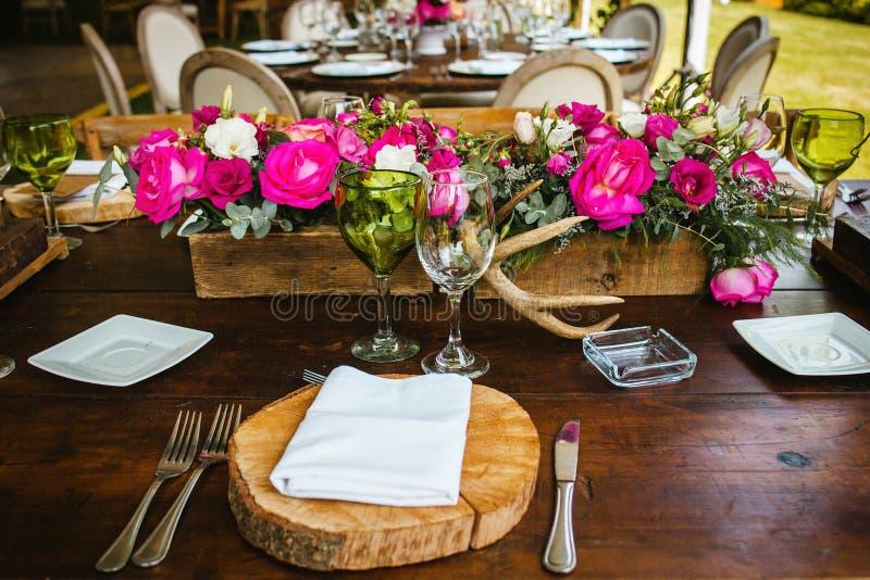 Instalação da tabela, tabela do convidado do casamento, disposição da recepção no coral de vida do pantone fotos de stock