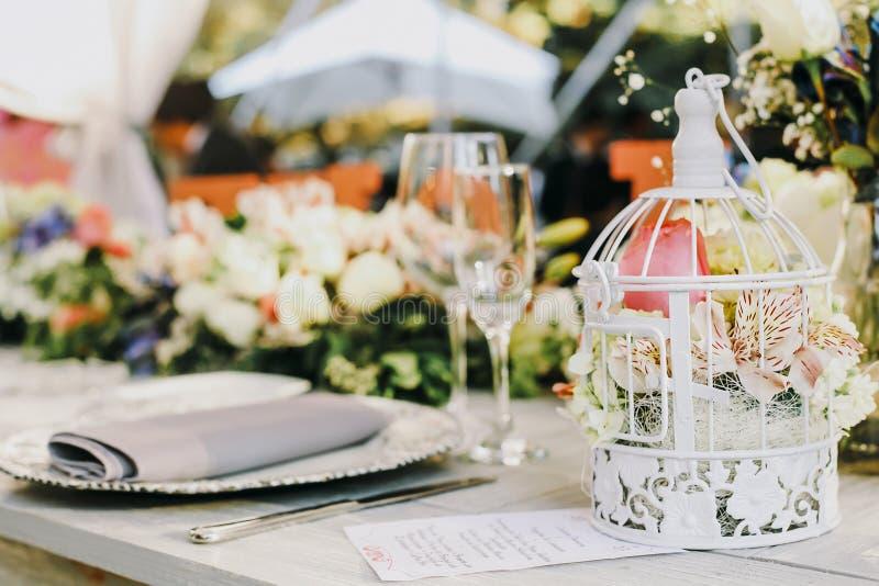 Instalação da tabela, tabela do convidado do casamento, disposição da recepção rústica e fundo do vintage imagens de stock