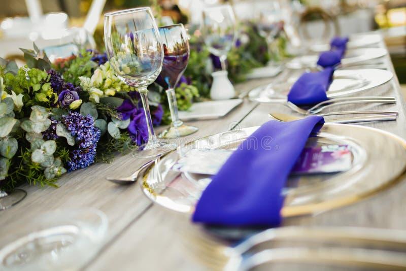 Instalação da tabela, tabela do convidado do casamento, ultravioleta da disposição da recepção fotografia de stock royalty free