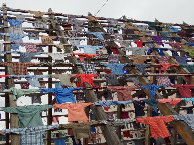 A instalação das camisas em Oslo, Noruega Em cada camisa há uma história fotografia de stock