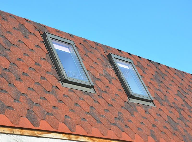 A instalação das claraboias Construção do telhado com as claraboias ou o telhado instalado novo do sótão imagens de stock