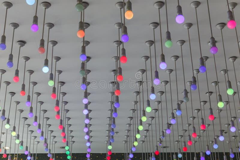 A instalação de ampolas multi-coloridas no teto imagem de stock royalty free
