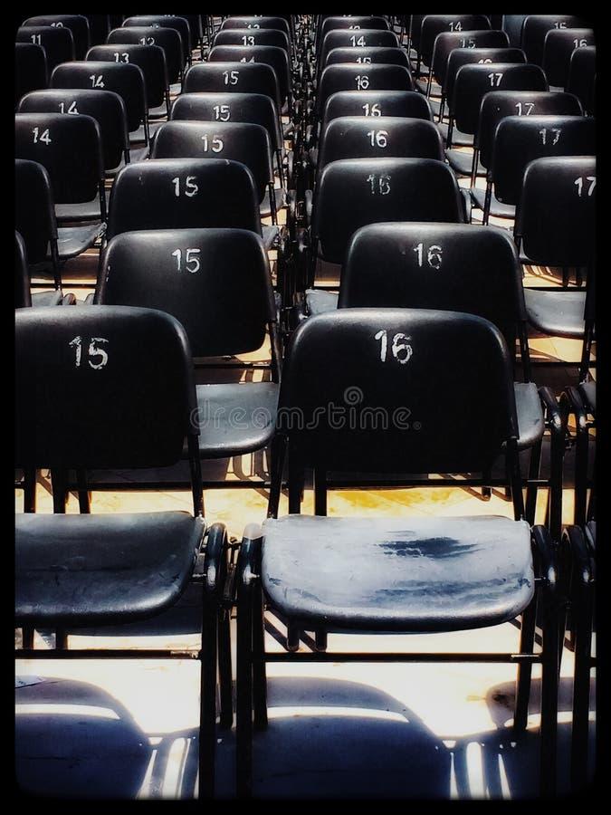 Instalação de cadeiras numeradas no teatro exterior fotos de stock