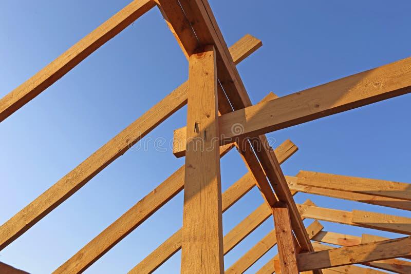 A instalação de feixes de madeira na construção fotos de stock royalty free