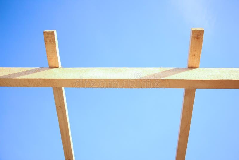 A instalação de feixes de madeira na construção fotografia de stock