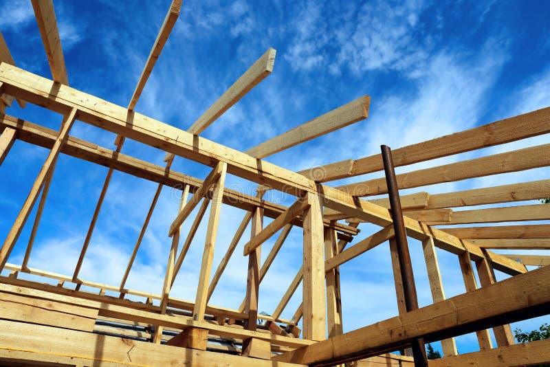 A instalação de feixes de madeira na construção da casa imagens de stock