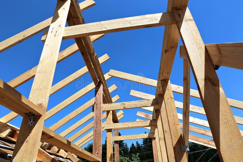 A instalação de feixes de madeira na construção o sistema do fardo do telhado fotos de stock
