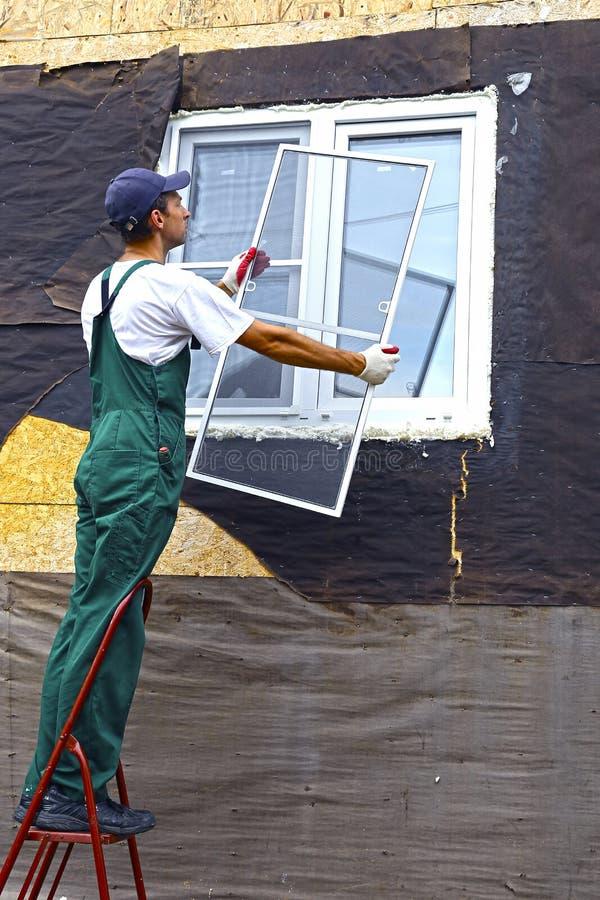 A instalação de janelas plásticas imagem de stock royalty free