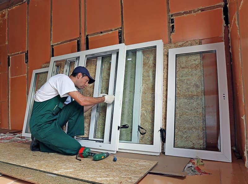 A instalação de janelas plásticas fotografia de stock royalty free