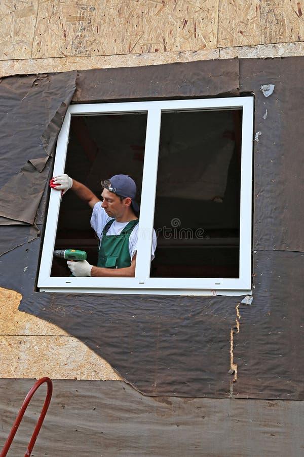 A instalação de janelas plásticas foto de stock