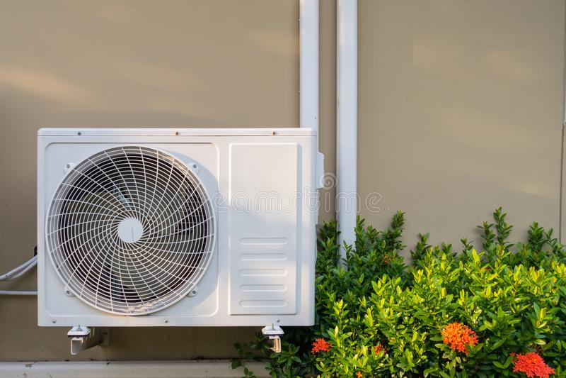 A instalação de sistema do condicionamento de ar encaixada na parede do buildin foto de stock royalty free
