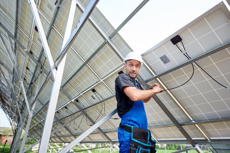 A instalação de sistema exterior autônoma do painel solar, conceito verde renovável da geração da energia fotos de stock