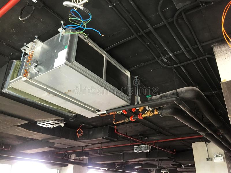 A instalação do ar que entrega a unidade no escritório do sótão fotografia de stock